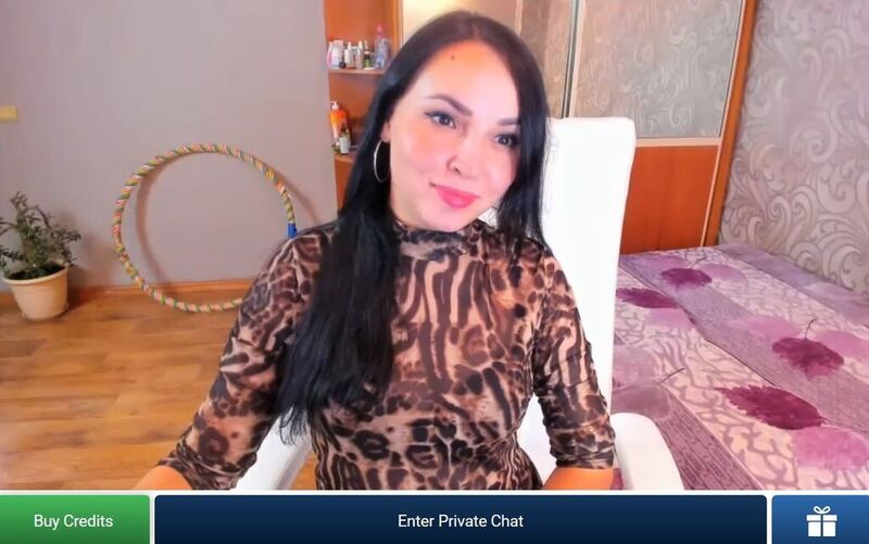 Sultry latina MILF smiling at her guests on ImLive